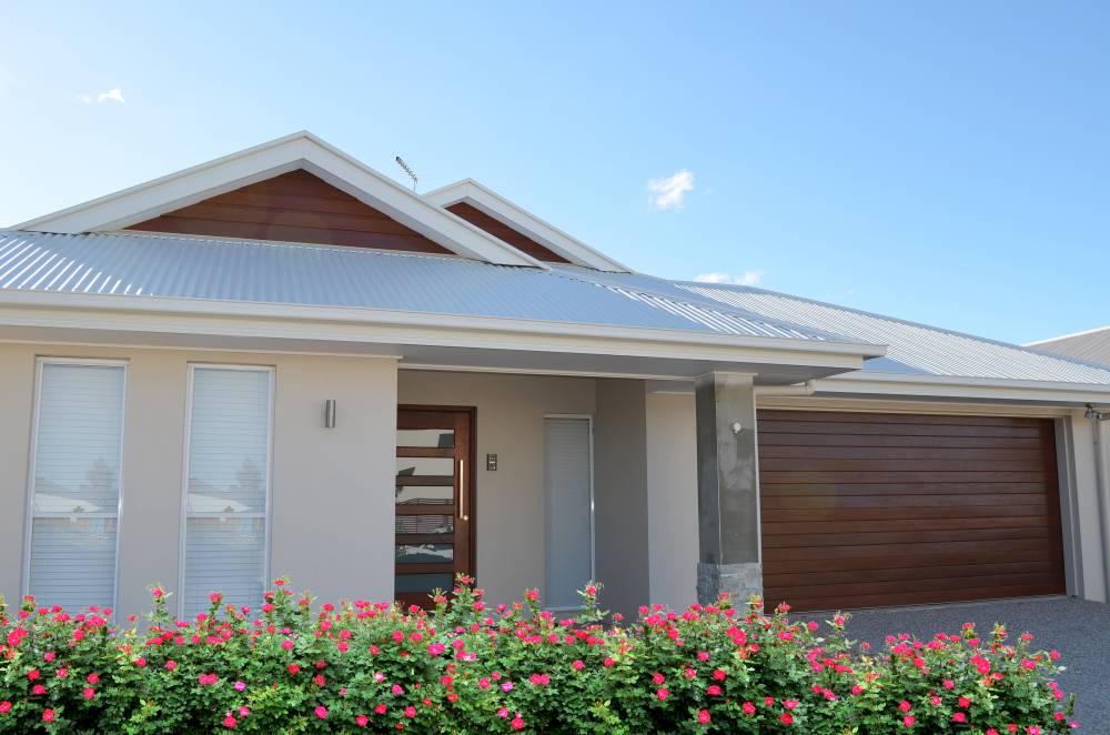 106-Timbertone-Coastalgum-garage-door-and-cladding-in-gables.1a6dd7b6f2a02e37eb283d8336b98da3